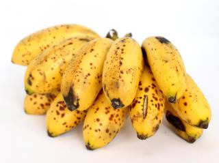 A small ream of twelve ripe bananas