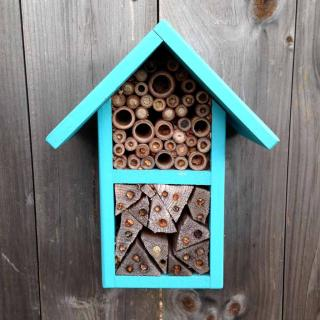 Insect cross-pollinators are attracted by insect hotels.